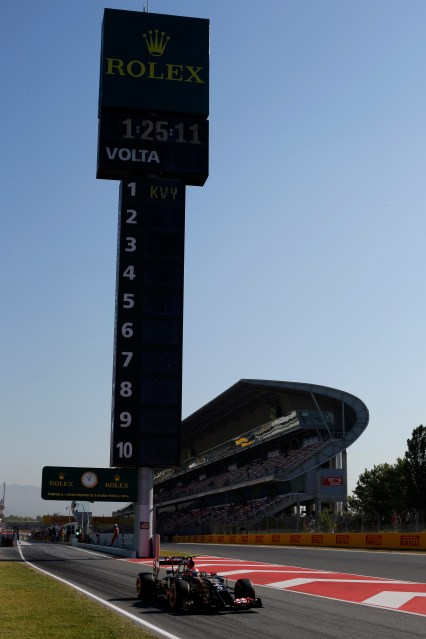 Pastor Maldonado, Lotus E22 Renault, leaves the pit lane.