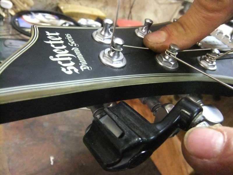 Trocar cordas de guitarra em 5 passos