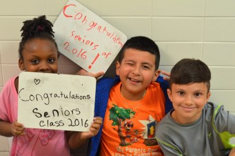 Sterling Elementary School students show their support for Park View High School's graduating seniors. (Danielle Nadler/Loudoun Now)