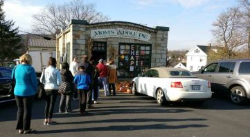 Customers line up at Mom's Apple Pie Company ahead of Thanksgiving.