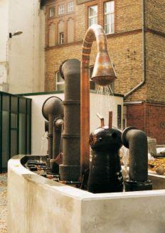 Brunnen für das Werner-Forßmann-Krankenhaus, Eberswalde | 1997,Keramik/Kupfer | 250x800x150cm | Zusammenarbeit mit Christian Bonnet