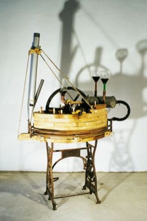 Die Stimme ölen | 1998, Holz/Glas/Metall/Orgelpfeifen/Liköre | 180 x 120 x 90 cm