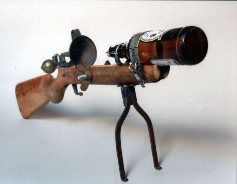 Flens | 2002, Gewehr/Eisen/Messing/Flasche | 33 x 75 x 12 cm