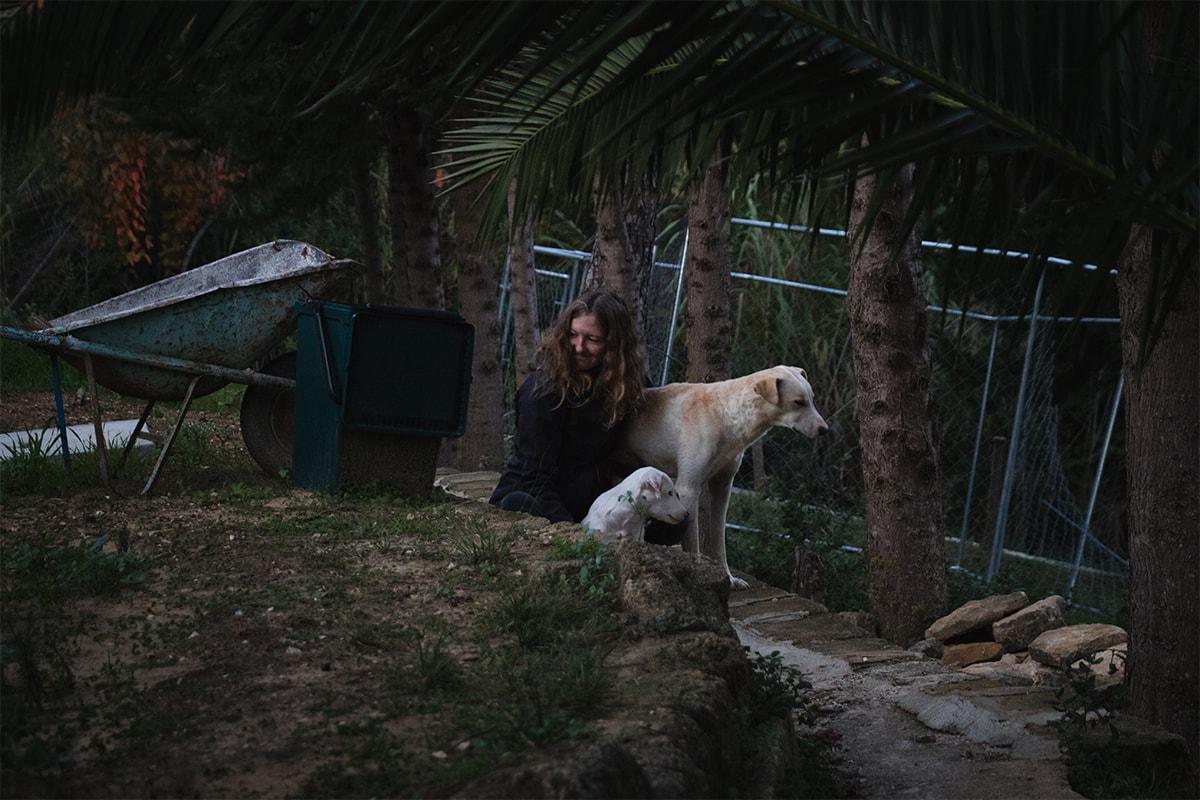 Jeune femme assise avec un chien