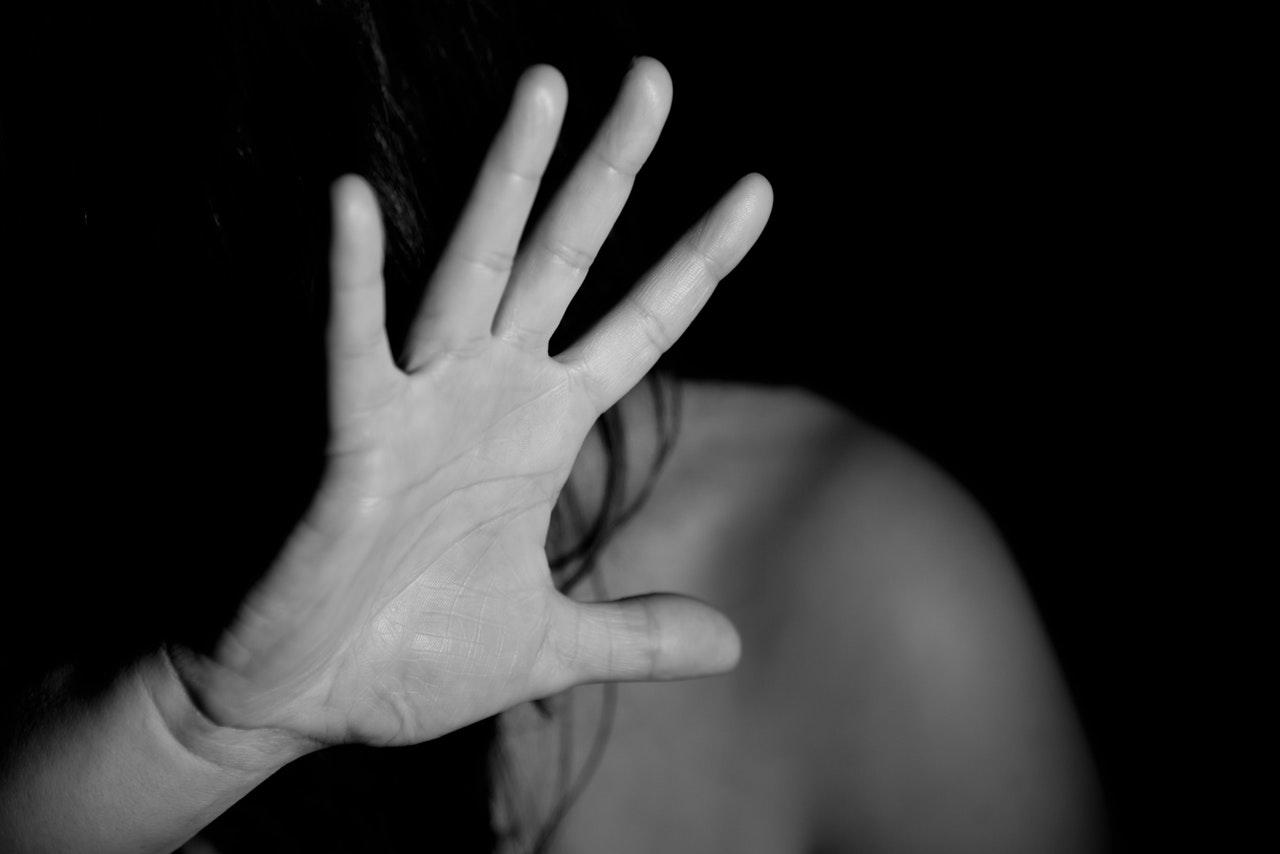KUUM: Tartus tungis mees kallale noorele naisele, toppis käsi püksi ja kägistas