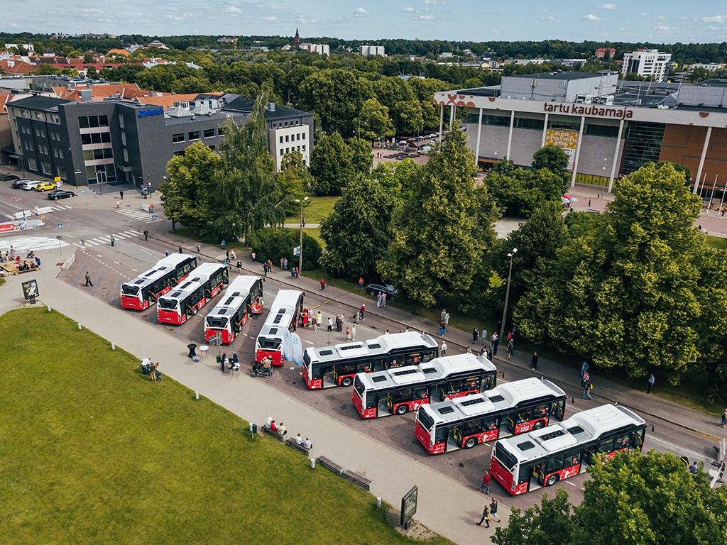 Video ja galerii: Tartu linna päeval kostus uutest bussidest muusikat, luulet ja reisijutte