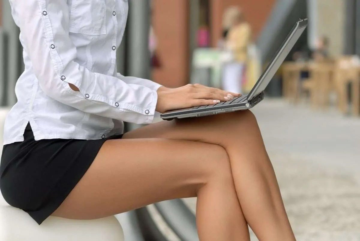notebook e tablet sulle gambe
