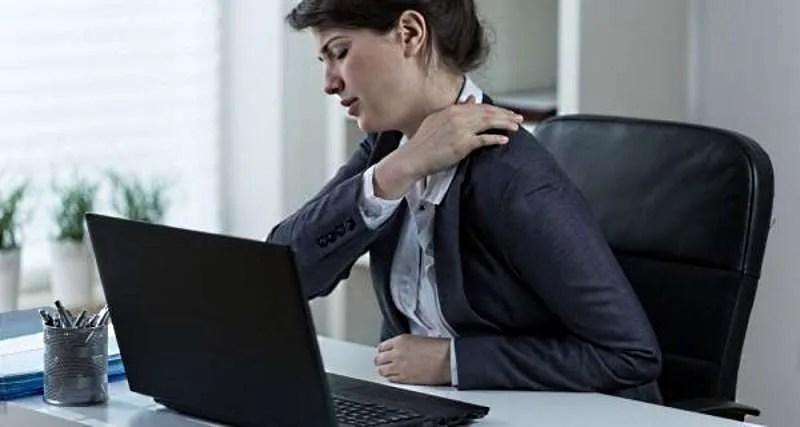 Usare il notebook su scrivania senza una sedia ergonomica causa mal di schiena