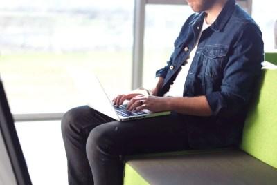Notebook appoggiato sulle gambe