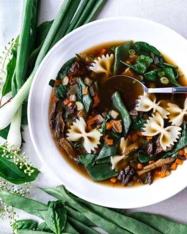 Aromatyczna zupa z grzybami i szpinakiem [przepis]