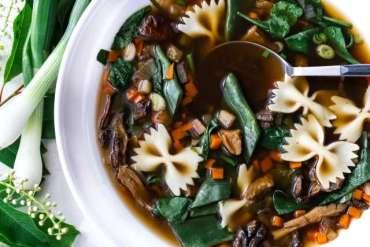 Aromatyczna zupa zgrzybami iszpinakiem [przepis]