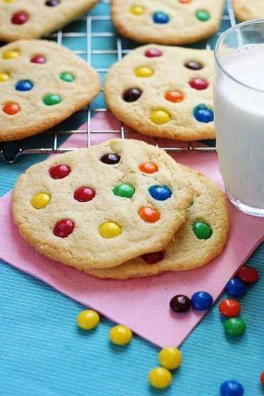 Maślane ciasteczka ozdobione drażami M&M's [przepis]