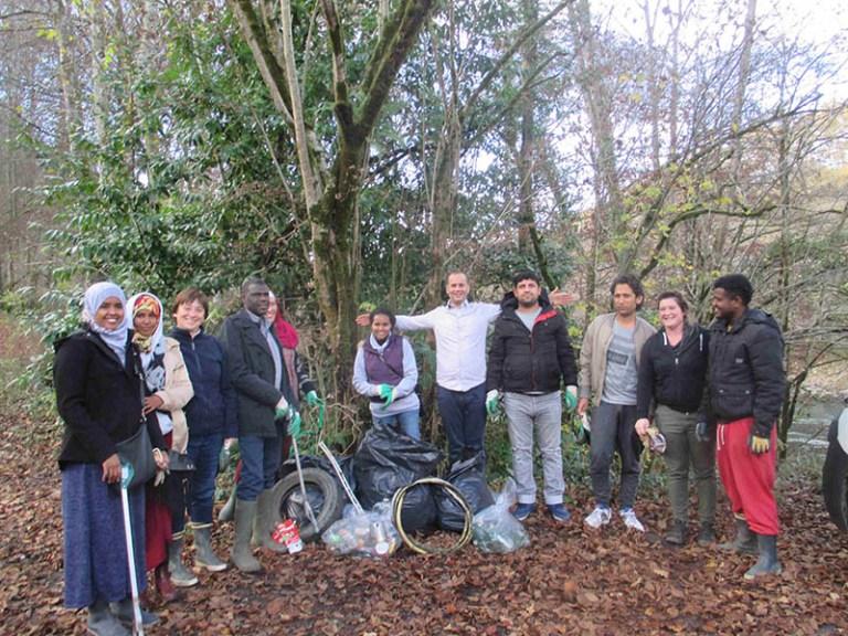 Lourdes : «Terra nostra» et les demandeurs d'asile du CADA ont nettoyé les abords du Gave et le Bois de Lourdes