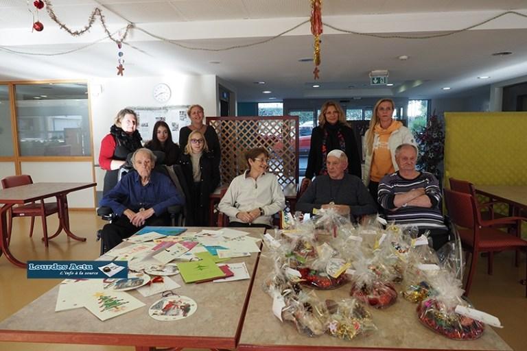 Lourdes : Les élèves du collège/lycée Saint-Joseph/Peyramale offrent de petits cadeaux aux résidents de la Maison de retraite du Petit Jer