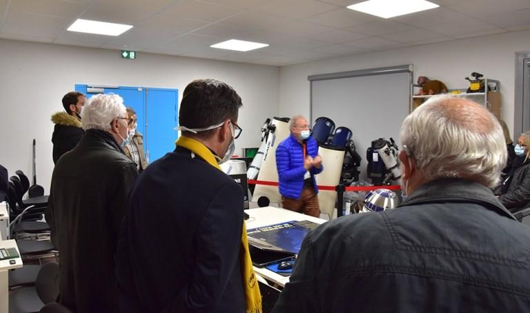 Read more about the article Le Maire et le Conseil Municipal en visite dans les locaux de l'Astro Club Lourdais.