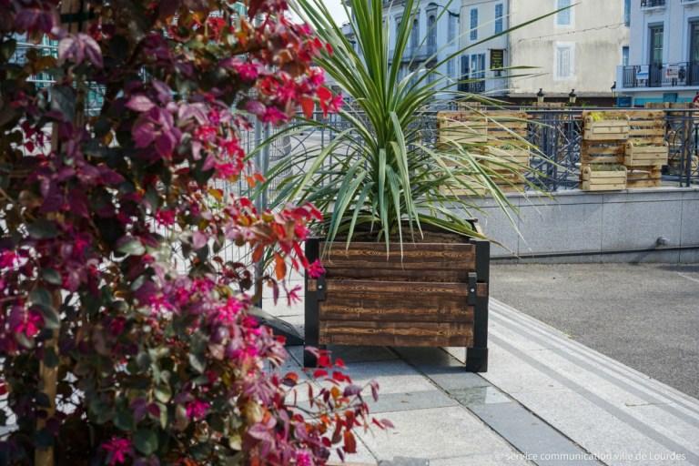 Lourdes : Installation de jardinières fleuries autour de la place Peyramale