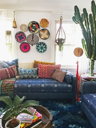 Adorable Colorful Pillow Ideas For Cozy Living Room 41