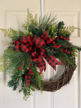 Beautiful DIY Winter Wreath To Place It On Your Door 07