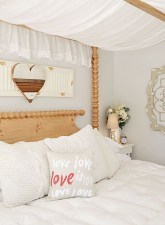 Beautiful And Romantic Valentine's Day Bedroom Design Ideas 08