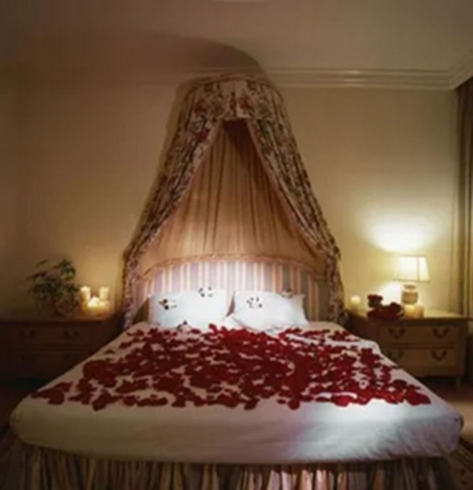 Beautiful And Romantic Valentine's Day Bedroom Design Ideas 20