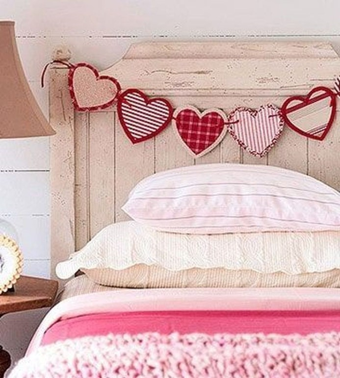 Beautiful And Romantic Valentine's Day Bedroom Design Ideas 41