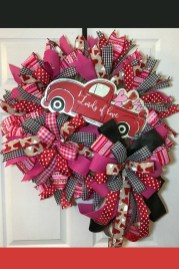 Pretty Valentines Day Wreath Ideas To Decorate Your Door 04