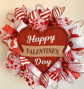 Pretty Valentines Day Wreath Ideas To Decorate Your Door 11