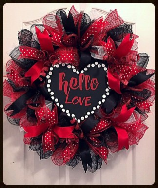 Pretty Valentines Day Wreath Ideas To Decorate Your Door 18