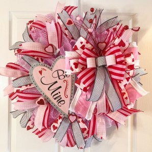 Pretty Valentines Day Wreath Ideas To Decorate Your Door 23