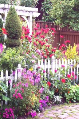 Stunning Small Flower Gardens And Plants Ideas For Your Front Yard 42