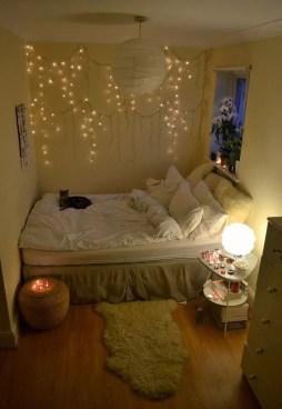 Pretty DIY Fairy Light Ideas For Minimalist Bedroom Decoration 07