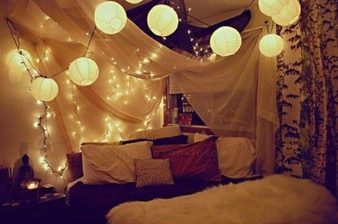 Pretty DIY Fairy Light Ideas For Minimalist Bedroom Decoration 54