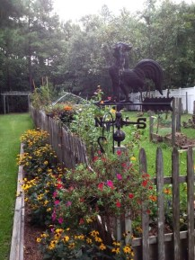 Beautiful Garden Fence Decorating Ideas To Follow 04