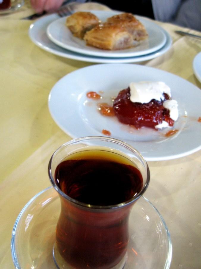 Чай в Турции подают в особых стаканчиках в форме тюльпана