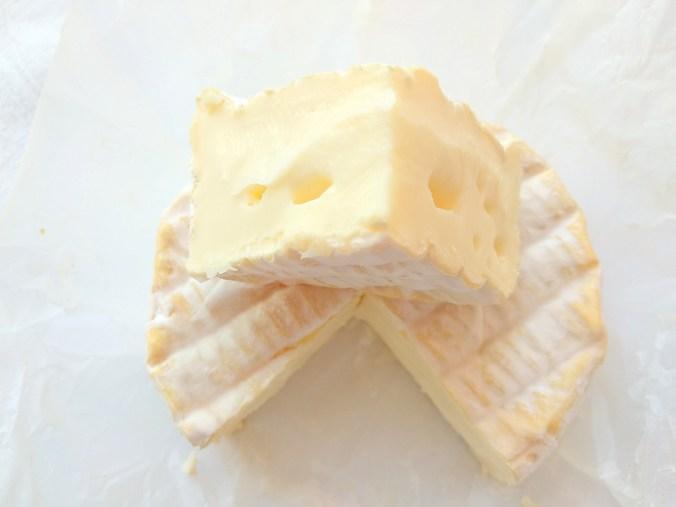 Отличительная черта французского сыра Рукулон - палевая корочка с пушком белой плесени
