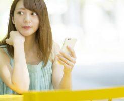 婚活・恋活アプリで出会いを探す女性