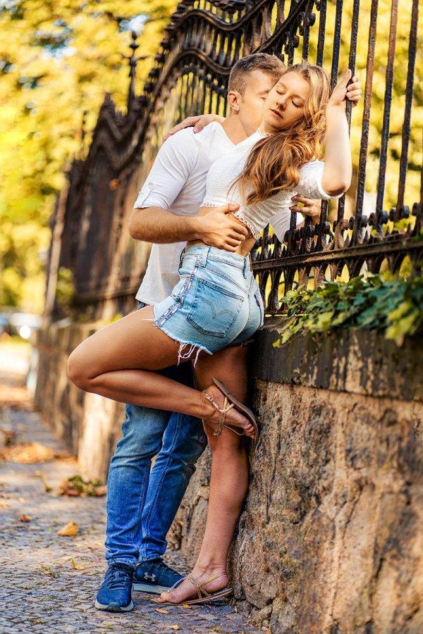 Paarshooting Leipzig - Antonia hält sich am Zaun fest, während Nils sie leidenschaftlich auf den Hals küsst.