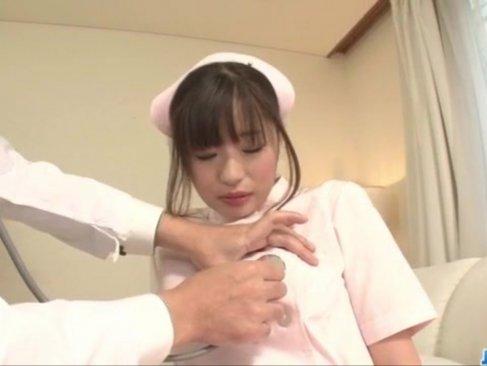 妹系激カワ美少女がナースに変身!美乳やパイパンおまんこを弄られちゃう姓行為動画