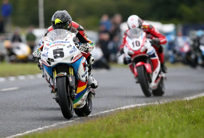 Pacemaker Belfast - 6-8-15 Dundrod 150 Road Races Bruce Anstey ( Padgett's (Batley) Ltd 1000 Honda ) heads Conor Cummins ( 1000 Honda ) during today's Superbike race at the Dundrod 150 Road Races at Dundrod, Co Antrim.  Photo by David Maginnis/Pacemaker Press.