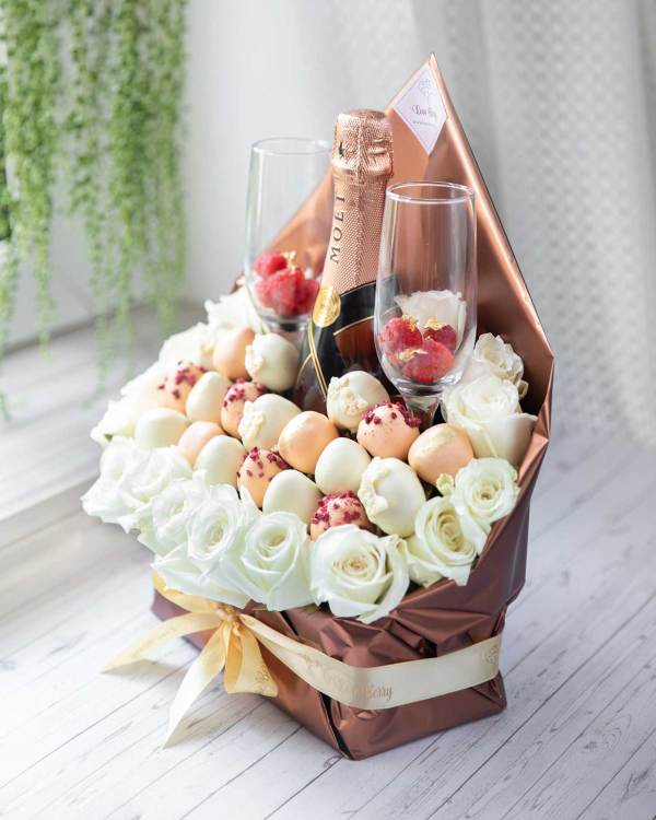 chocolate strawberry bouquet with champagne
