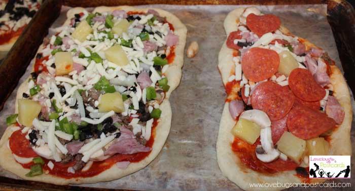 52 Date Ideas (fun, inexpensive, and creative) {Make Homemade Pizza}