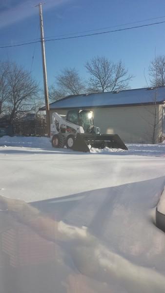 Уже к обеду весь снег перед апартаментами расчистили