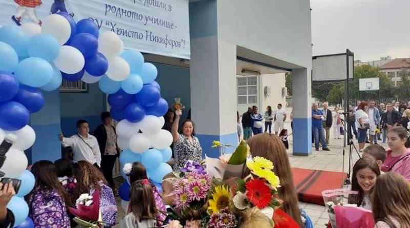 С издигане на националния флаг и под звуците на химна на Република България тържествено бе открита учебната година в училищата в Община Ловеч