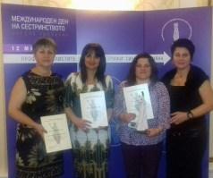Председателят на РК на БАПЗГ Ловеч - Мимоза Кирова с наградените професионалисти по здравни грижи