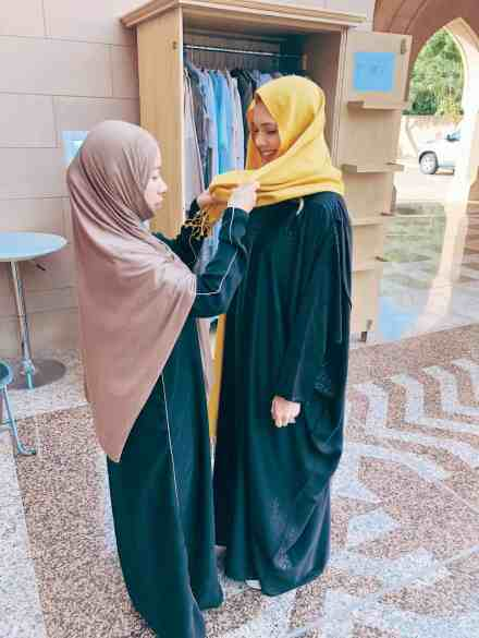 What to wear in Oman, official Abaya for the mosque.