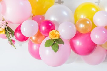 balloon-wedding-decor-backdrop-pink-and-orange-laura-kelly-photography