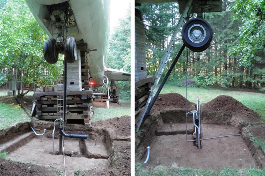 Строительство бетонных столбов под шасси самолета.