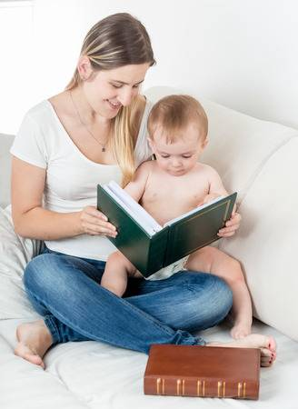 81117957-かわいい男の子と母親の家族のアルバムの写真を見て.jpg