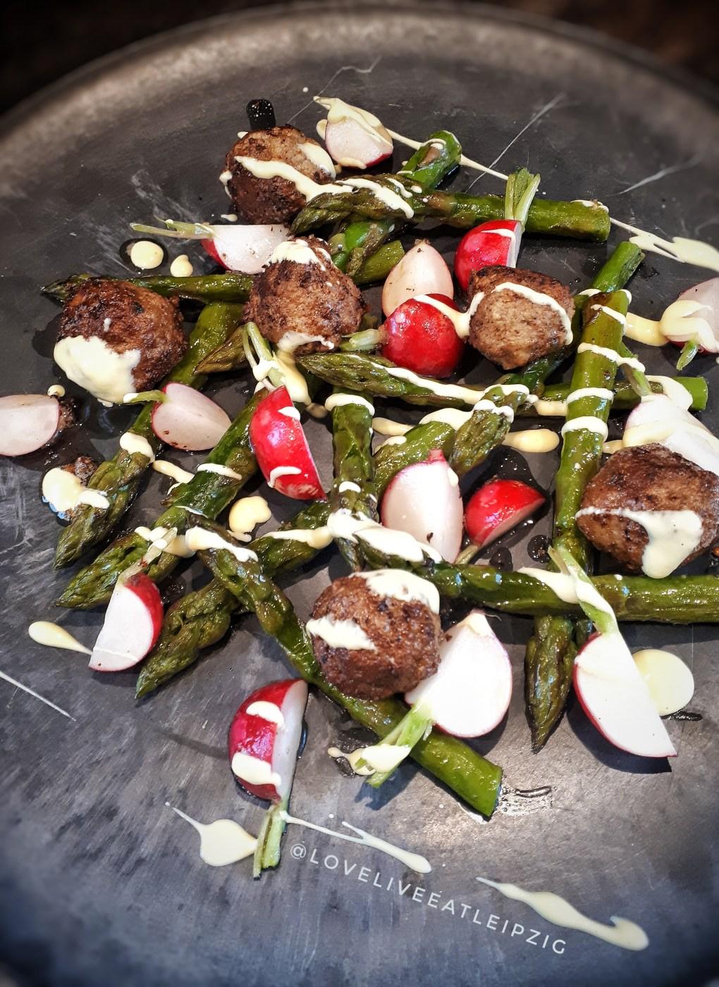Grüner Spargel mit Fleischbällchen