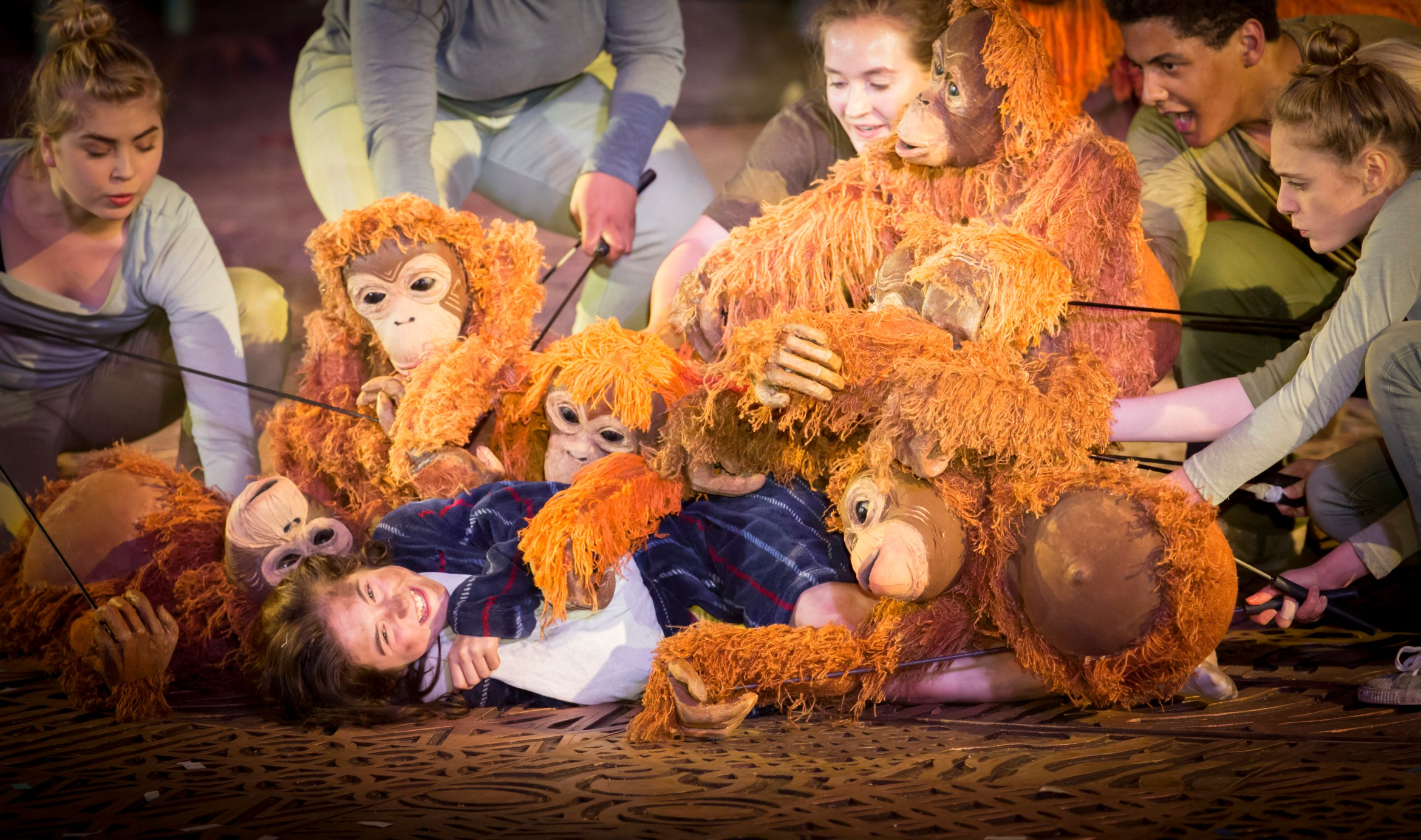 Ava Potter as Lilly with the Orang-utans. Photo Johan Persson.jpg